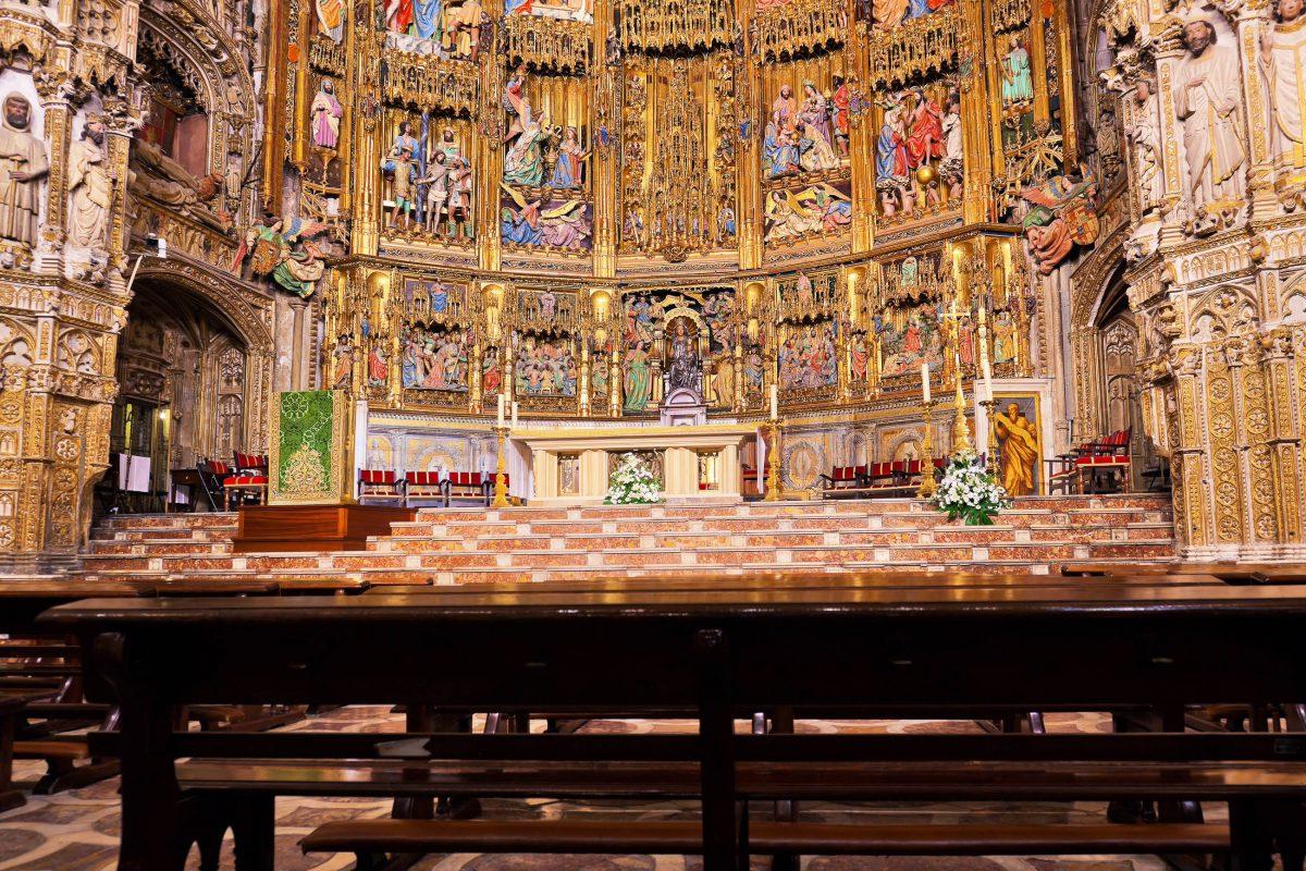 Prunkvoller Hauptaltar der Kathedrale von Toledo, Spanien - © Tatiana Popova / Shutterstock