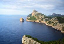 Über die Küstenstadt Port de Pollença kommt man auf die verschlungene, 20km lange Straße, auf der das Cap de Formentor erkundet werden kann, Mallorca, Spanien - © James Camel / franks-travelbox