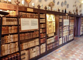 Die Bibliothek in der Kartause von Valldemossa ist an allen vier Wänden mit Regalen voll historischer Schriften ausgestattet, Mallorca, Valldemossa - © Lila Pharao / franks-travelbox