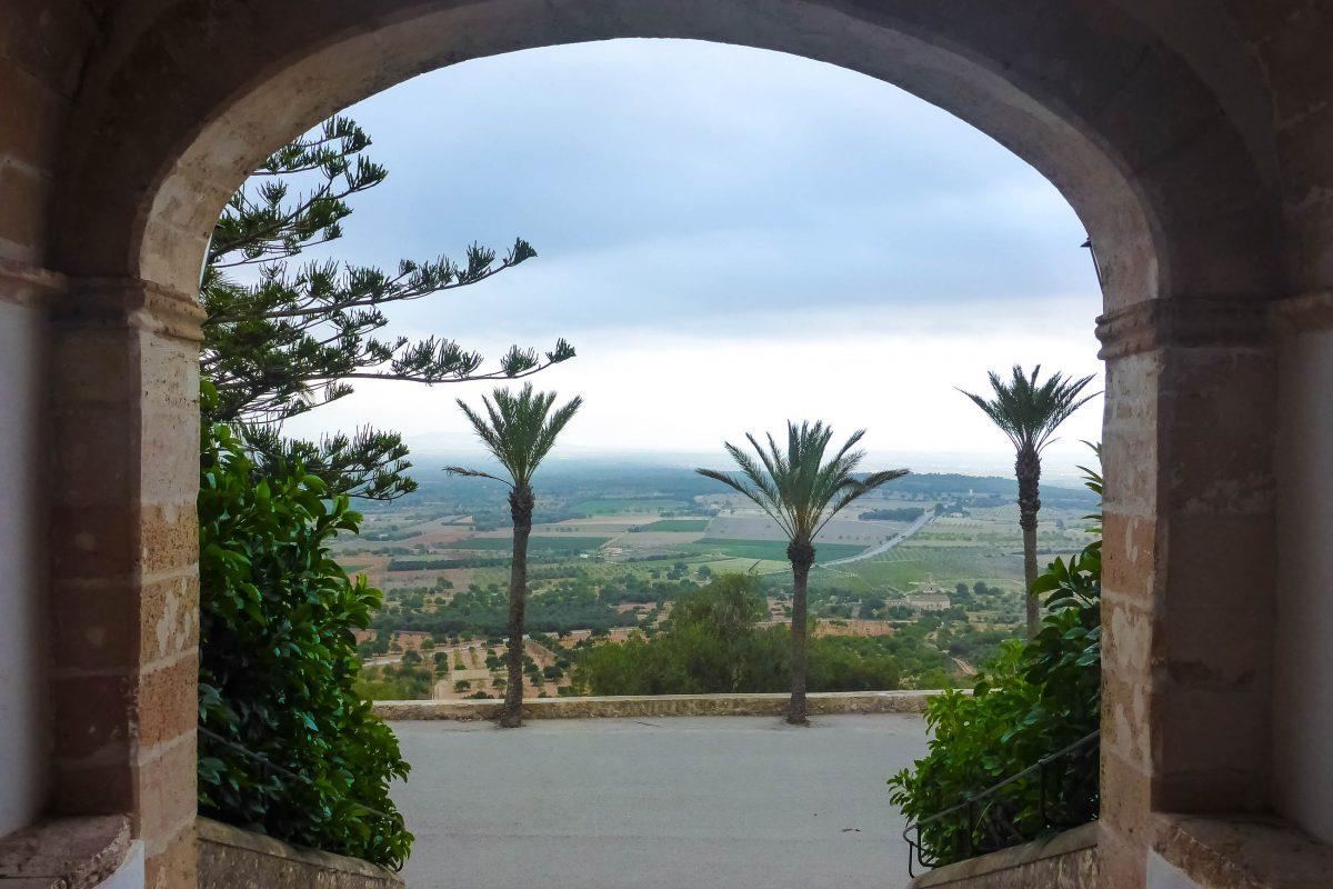 Vom Hügel von Monti-Sion aus hat man herrlichen Blick auf die Siedlungen der Umgebung - © Lila Pharao / franks-travelbox