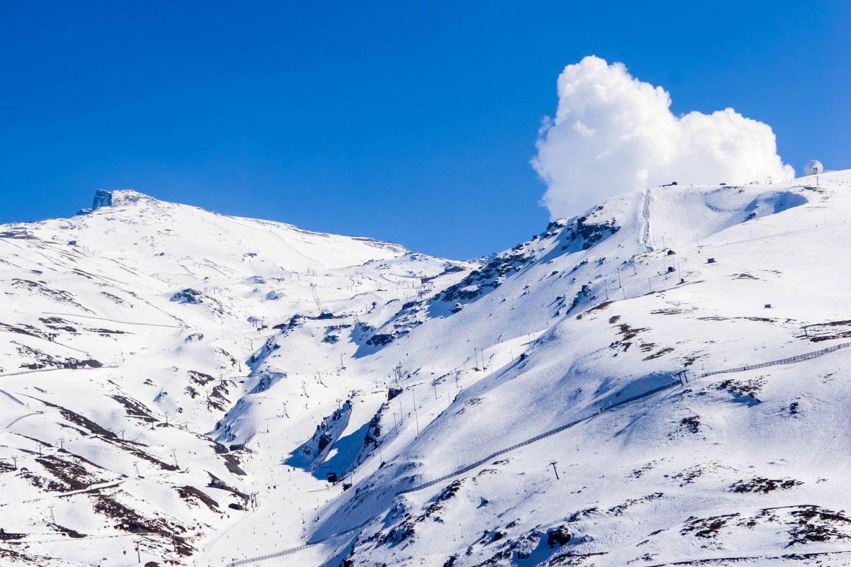 Von Dezember bis April kann man in der Sierra Nevada Wintersport betreiben, und seit 1994 erfreuen sich auch einige Flutlichtpisten hoher Beliebtheit, Spanien - © Nick Stubbs / Shutterstock