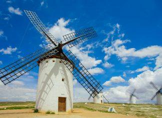 Windmühlen in Castilla-La Mancha, auf der Ruta del Don Quijote, gegen die Don Quijote angeblich gekämpft hat und dabei fast von den sich drehenden Windrädern erschlagen wurde, Spanien - © Nella / Shutterstock