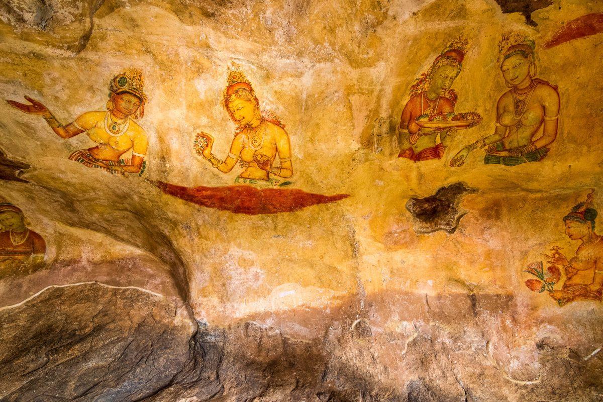 """Auf halbem Weg am Aufstieg zur Felsenfestung Sigiriya befinden sich zahlreiche Fresken, die meist Frauen mit großen nackten Brüsten zeigen - die so genannten """"Wolkenmädchen"""", Sri Lanka - © Dima Fadeev / Shutterstock"""