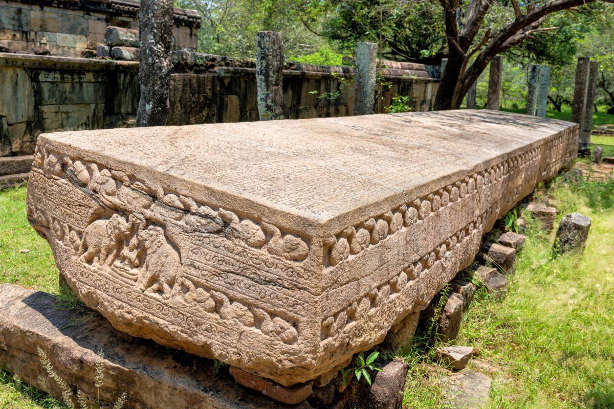 """Das so genannte """"Gal Pota"""", ein Buch aus massivem Granit, wiegt 25 Tonnen und berichtet von der Verlegung der Hauptstadt nach Polonnaruwa, Sri Lanka - © Iryna Rasko / Shutterstock"""