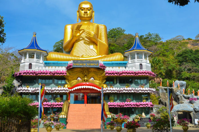 Der Höhlentempel von Dambulla liegt etwa 150km östlich der Hauptstadt Colombo, Sri Lanka; er ist der größte und besterhaltene buddhistische Höhlentempel des Landes - © TanArt / Shutterstock
