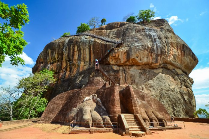 """Die Felsenfestung von Sigiriya - """"Löwenfelsen"""" - befindet sich im Zentrum von Sri Lanka auf einem gewaltigen Felshügel aus erstarrter Lava - © SurangaWeeratunga/Shutterstock"""