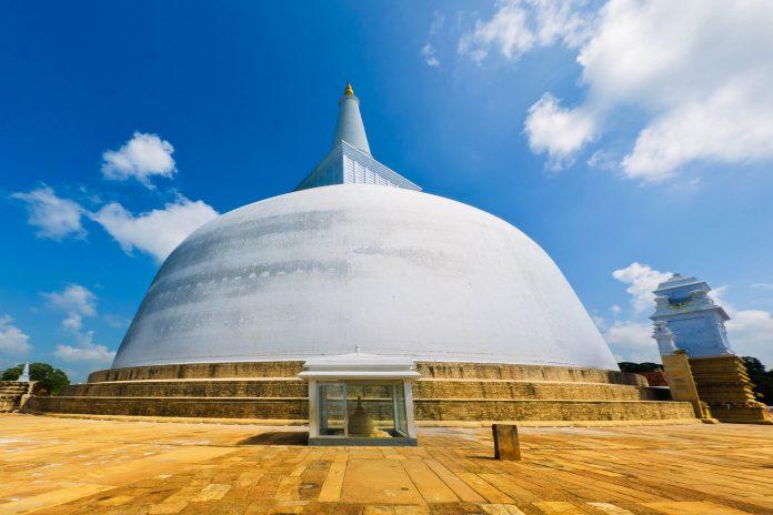 Die schneeweiße Stupa Ruwanwelisaya in der heiligen Stadt Anuradhapura in Sri Lanka ist ein architektonisches Meisterwerk - © Sergieiev / Shutterstock