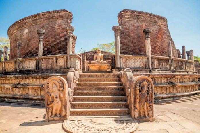 Eingang zum Rundtempel Vatadage in der antiken Ruinenstadt Polonnaruwa in Sri Lanka - © Calvste / Shutterstock
