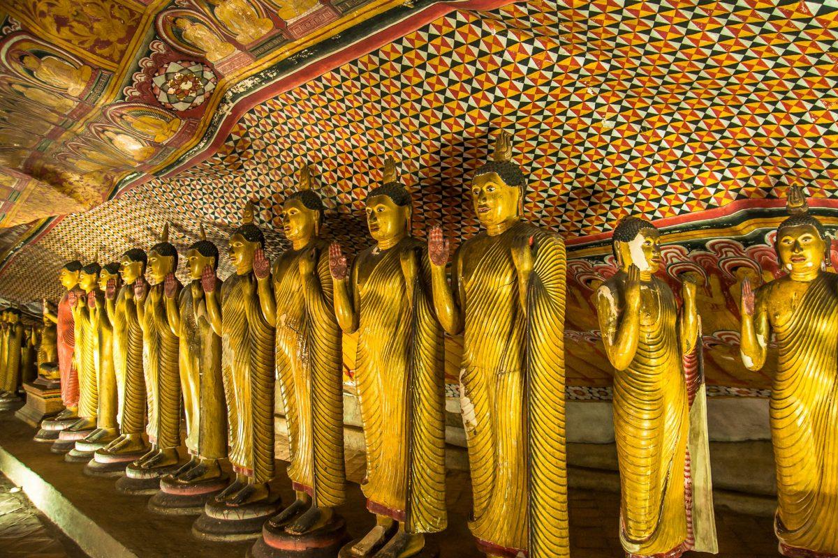 Im Höhlentempel von Dambulla befinden sich über 50 farbenprächtige Buddha-Statuen, Sri Lanka - © Calvste / Shutterstock