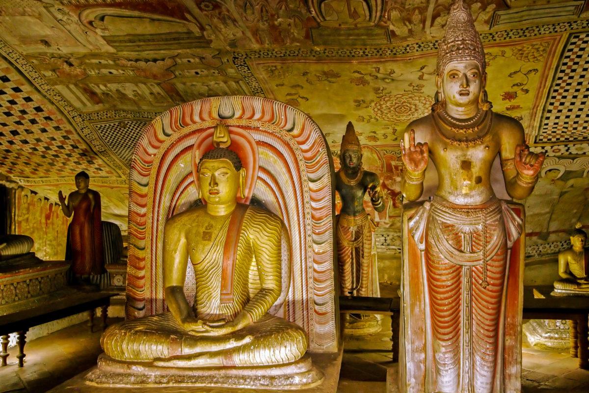 Im Höhlentempel von Dambulla finden sich auch Figuren des Königs Vattagamani Abhaya aus dem ersten Jahrhundert vor Christus und des Königs Nissanka Malla, Sri Lanka - © Magdanatka / Shutterstock