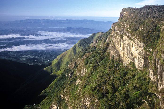 """Im Süden des Nationalparks Horton-Plains befindet sich das so genannte """"World's End"""", eine Steilwand die über 1.000 Meter nahezu senkrecht in die Tiefe abfällt, Sri Lanka - © StephanScherhag/Shutterstock"""