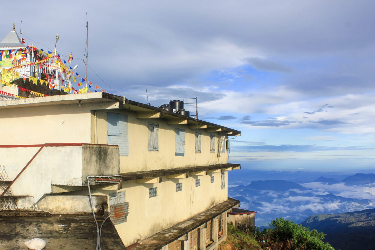 Weiße Stupa und Fahnen am 2.234m hohen Berg Sri Pada (Adam's Peak) in Sri Lanka - © Valery Shanin / Shutterstock