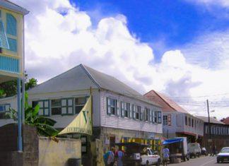 Hauptstraße von Nevis, dem Hauptort der Insel, St. Kitts und Nevis in der Karibik - © Aaron Vos CC BY-SA2.5/Wiki