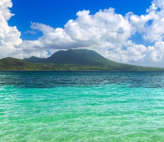 Die kleineren der beiden Inseln des Karibikstaates St. Kitts und Nevis ist bekannt für ihre feinsandigen Traumstrände - © Jason Patrick Ross / Shutterstock