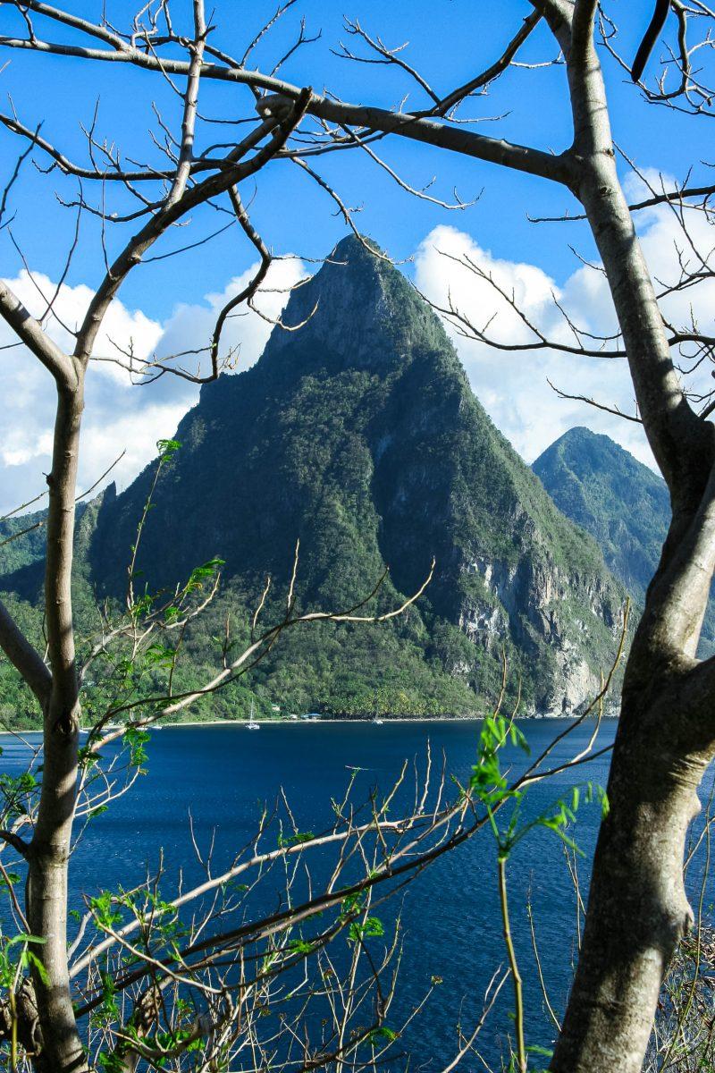 """Der Gros Piton (""""große Bergspitze"""") erreicht eine Höhe von 771m und befinden sich in der Nähe der beiden Siedlungen Soufrière und Choiseul, St. Lucia - © StephanieRousseau/Shutterstock"""