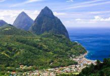 Die berühmten Pitons auf der Karibikinsel Saint Lucia sind zwei vulkanische Gipfel im Südwesten der Insel und bieten wunderschöne Wandermöglichkeiten - © Achim Baque/Shutterstock