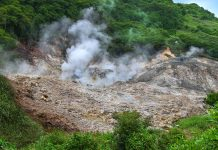 Die Sulphur Springs liegen auf einem von beiden Vulkanen von St. Lucia; Kochende Tümpel und nach Schwefel stinkende Löcher zeugen vom schlafenden Vulkan - © JasonPatrickRoss/Shutterstock