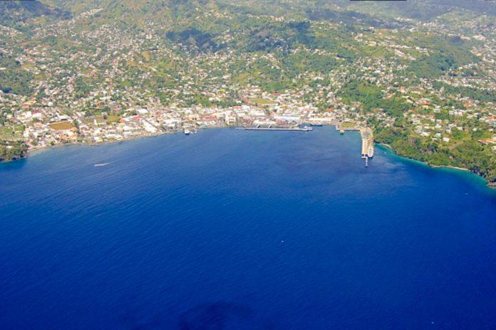 Blick aus der Vogelperspektive über den Hafen von Kingstown, Hauptstadt des karibischen Archipels St. Vinenct und die Grenadinen - © Rjkooljay CC BY-SA3.0/Wiki