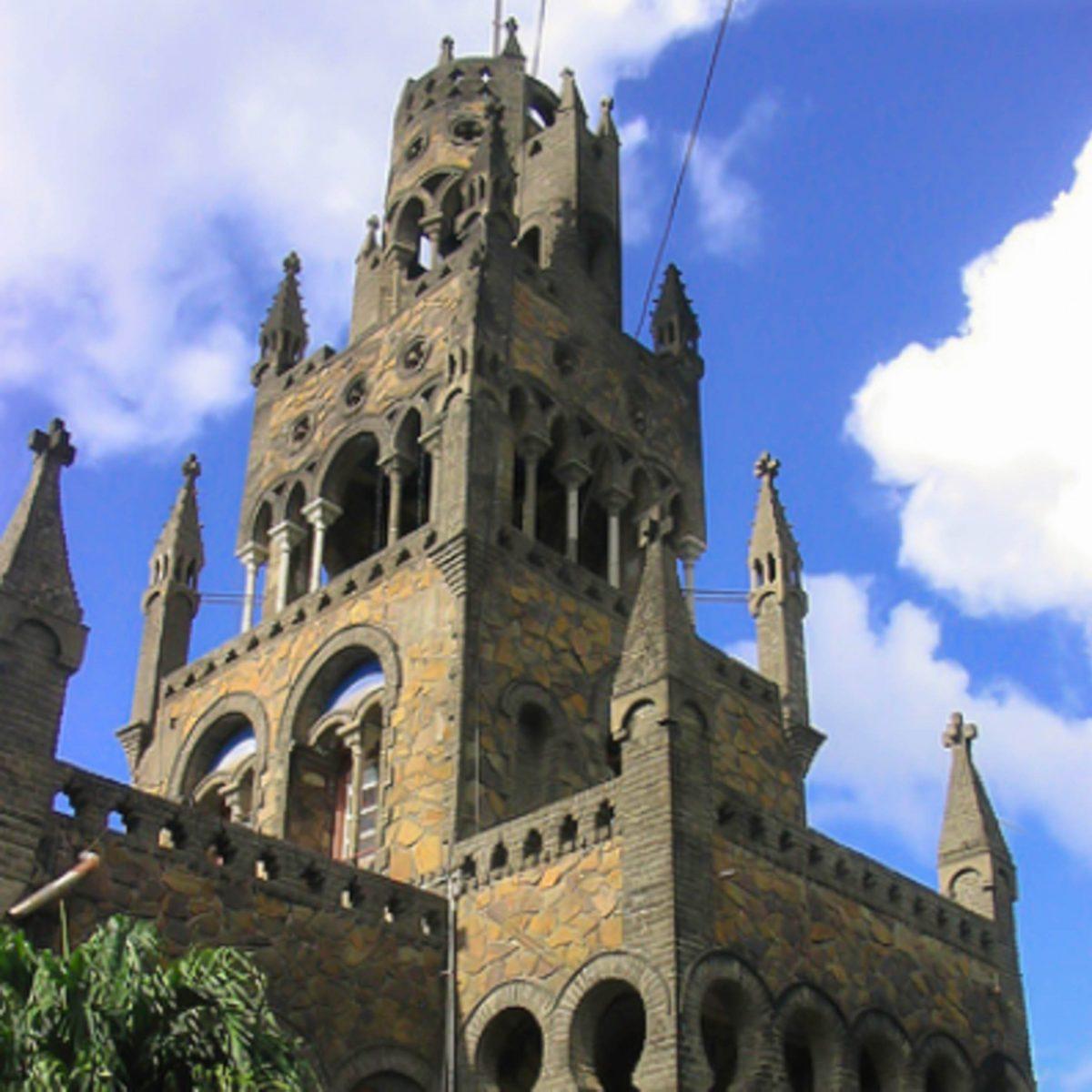 Die katholische Kathedrale St. Mary's in Kingstown, St. Vincent und die Grenadinen, wurde in einem interessanten Mix aus den Stilrichtungen verschiedenster Epochen erbaut - © Rjkooljay CC BY-SA3.0/Wiki
