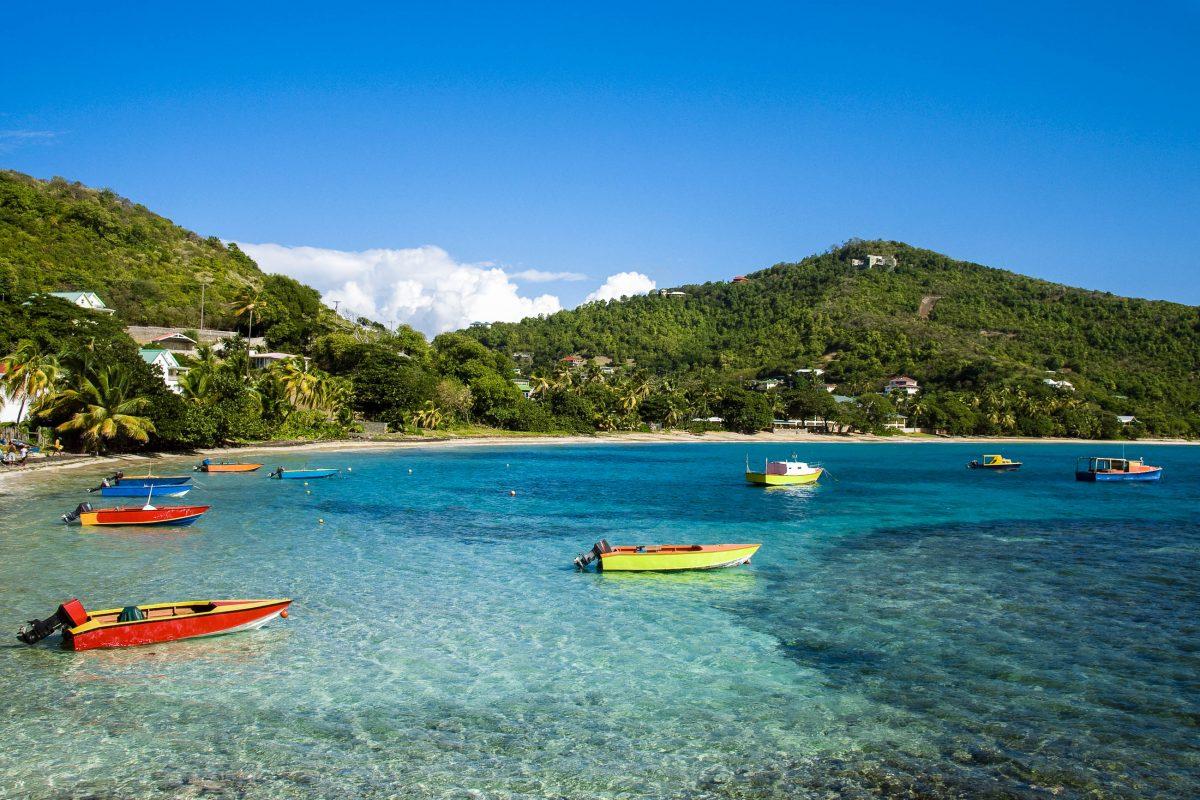 Fischerboote liegen in einer der unzähligen malerischen Buchten auf St. Vincent und den Grenadinen - © rj lerich / Shutterstock