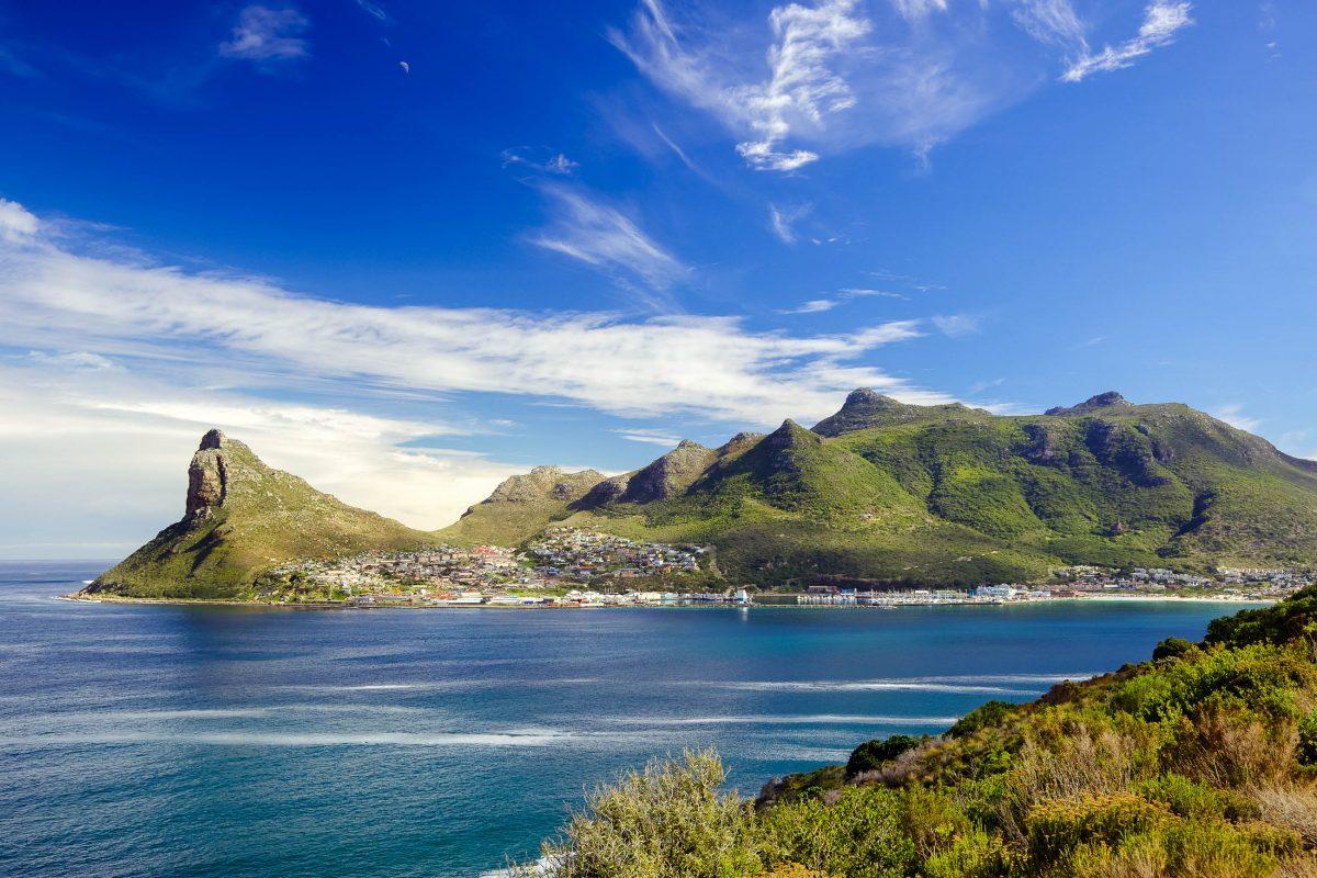 """Blick auf die Hout Bay und """"The Sentinel"""" vom Chapmans Peak Drive gesehen, Südafrika - © David Steele / Shutterstock"""