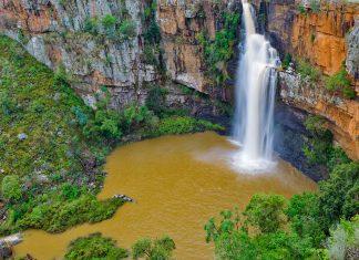 der Berlin-Wasserfall bricht sich nach einigen Metern an einem natürlich Felsen und ergießt sich in einem breiteren Strom in einen kleinen See, Sabie-Waterfall-Route, Südafrika - © natureimmortal / Fotolia