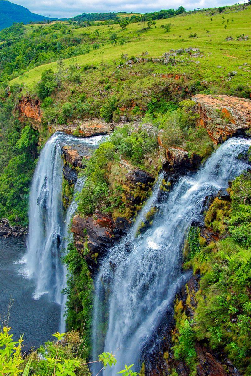 Der Lisbon-Waterfall, mit 90m Höhe der höchste Wasserfall Südafrikas, zieht sich über die gesamte Länge einer spektakulären Felswand, Sabie-Waterfall-Route, Südafrika - © intsys / Fotolia