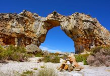 Der Wolfberg-Arch, eine spektakuläre Sandsteinformation in der Cederberg Wilderness Area in der Cape Floral Region in Südafrika - © PhotoSky / Shutterstock