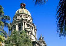 Das Rathaus in der Stadt Durban an der Nordostküste Südafrikas besteht aus drei Flügeln und ist aufgrund seiner eindrucksvollen Kuppel sofort zu erkennen - © michaeljung / Shutterstock