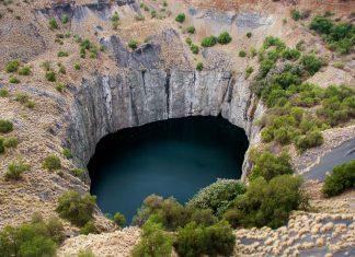 """The Big Hole (""""Das Große Loch"""") liegt im Zentrum Südafrikas mitten in der Stadt Kimberley und ist das größte je von Menschenhand geschaffene Loch - © Daleen Loest / Shutterstock"""