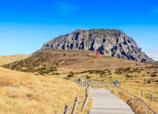 Der Berg Hallasan im gleichnamigen Nationalpark mit einer Höhe von 1.950 Metern ist die höchste Erhebung der Insel Jeju und kann von jedem Punkt auf der Insel aus gesehen werden, Seoul - © monotrendy / Shutterstock