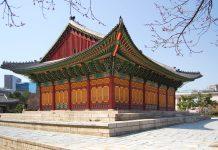 Der Deoksugung Palast in Seoul ist der kleinste der fünf Paläste der Joseon Dynastie und besticht vor allem durch seine idyllische parkähnliche Umgebung, Südkorea - © Skelectron / Fotolia