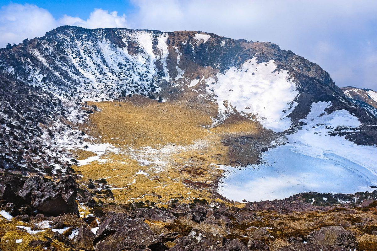 Der Hauptkrater des Berges Hallasan hat einen Durchmesser von über 400 Metern, Hallasan Nationalpark, Südkorea - © Maxim Tupikov / Shutterstock