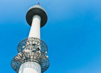 Der N Seoul Tower befindet sich auf dem 243m hohen Hügel Namsan mitten in der Stadt, Seoul, Südkorea - © tratong  / Shutterstock