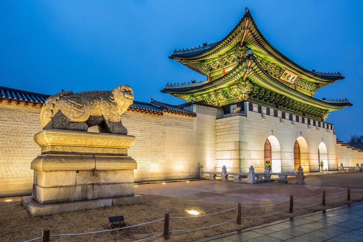 Das mächtige Gwanghwamun Tor im Palast Gyeongbokgung wurde innerhalb von 4 Jahren originalgetreu wieder aufgebaut, Südkorea - © yochika photographer / Shutterstock