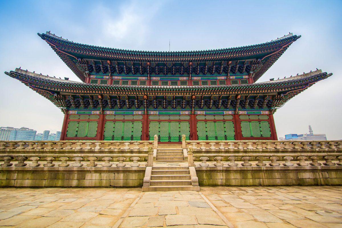 Das spitzgiebelige Geunjeongjeon mit dem weitläufigen Vorplatz und den kunstvoll verzierten Balustraden war sozusagen die Thronhalle des Gyeongbokgung - © Nattee Chalermtiragool / Shutterstock
