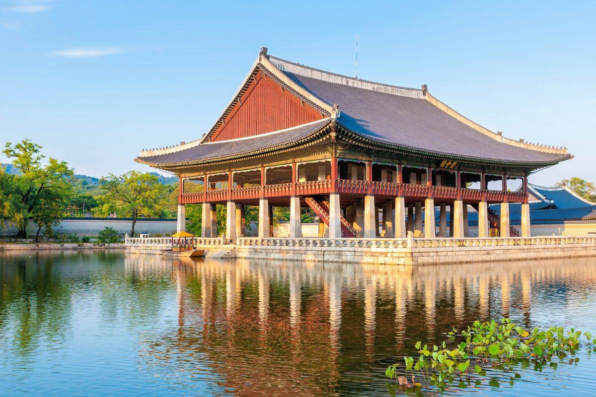 Der Bungalow des Gyeonghoeru mitten im künstlich angelegten Lotusteich wurde hauptsächlich für Festlichkeiten und Banketts im Palast Gyeongbokgung genutzt, Südkorea - © Vincent St. Thomas / Shutterstock
