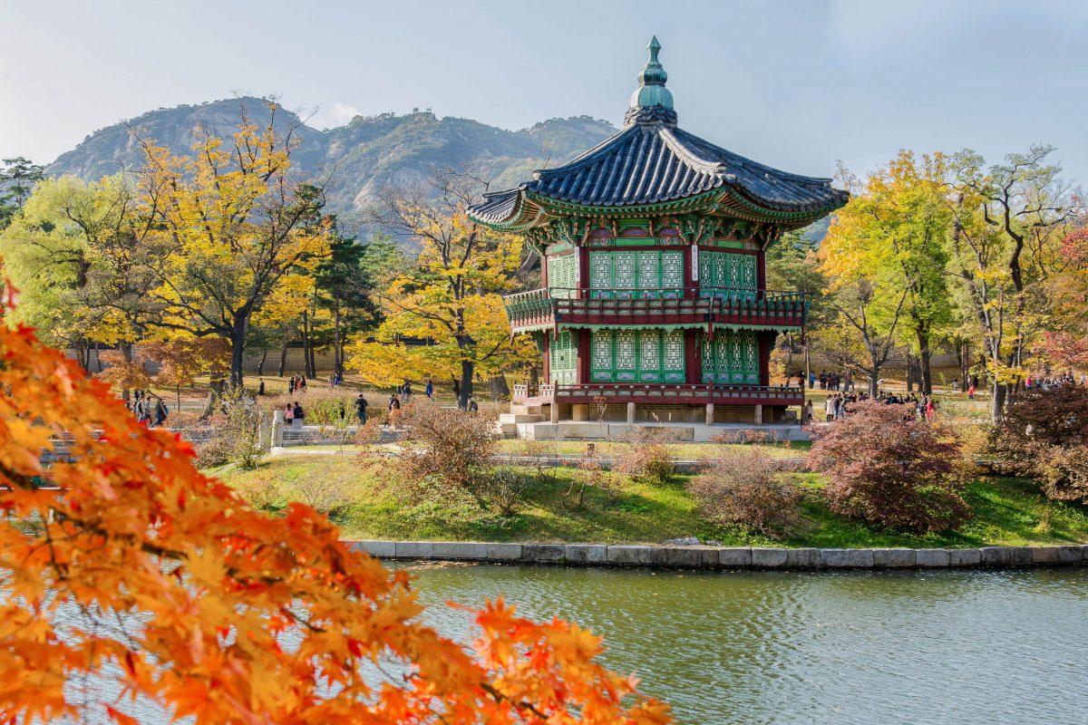 Der Palast Gyeongbokgung im nördlichen Seoul zählt zu den wichtigsten Sehenswürdigkeiten der Hauptstadt Südkoreas - © CJ Nattanai / Shutterstock