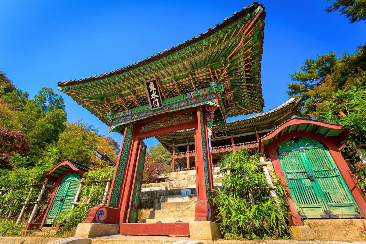 Die Giebel der Gebäude im Palast Changdeokgung sind alle mit mehreren kleinen Figuren geschmückt, die die bösen Geister vertreiben sollen, Seoul, Südkorea - © Alexander A.Trofimov / Shutterst