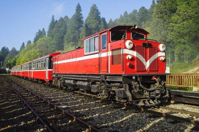 EIn roter Zug der Alishan Forest Railwa, einer Schmalspurbahn in Taiwan - © spaceport9 / Fotolia