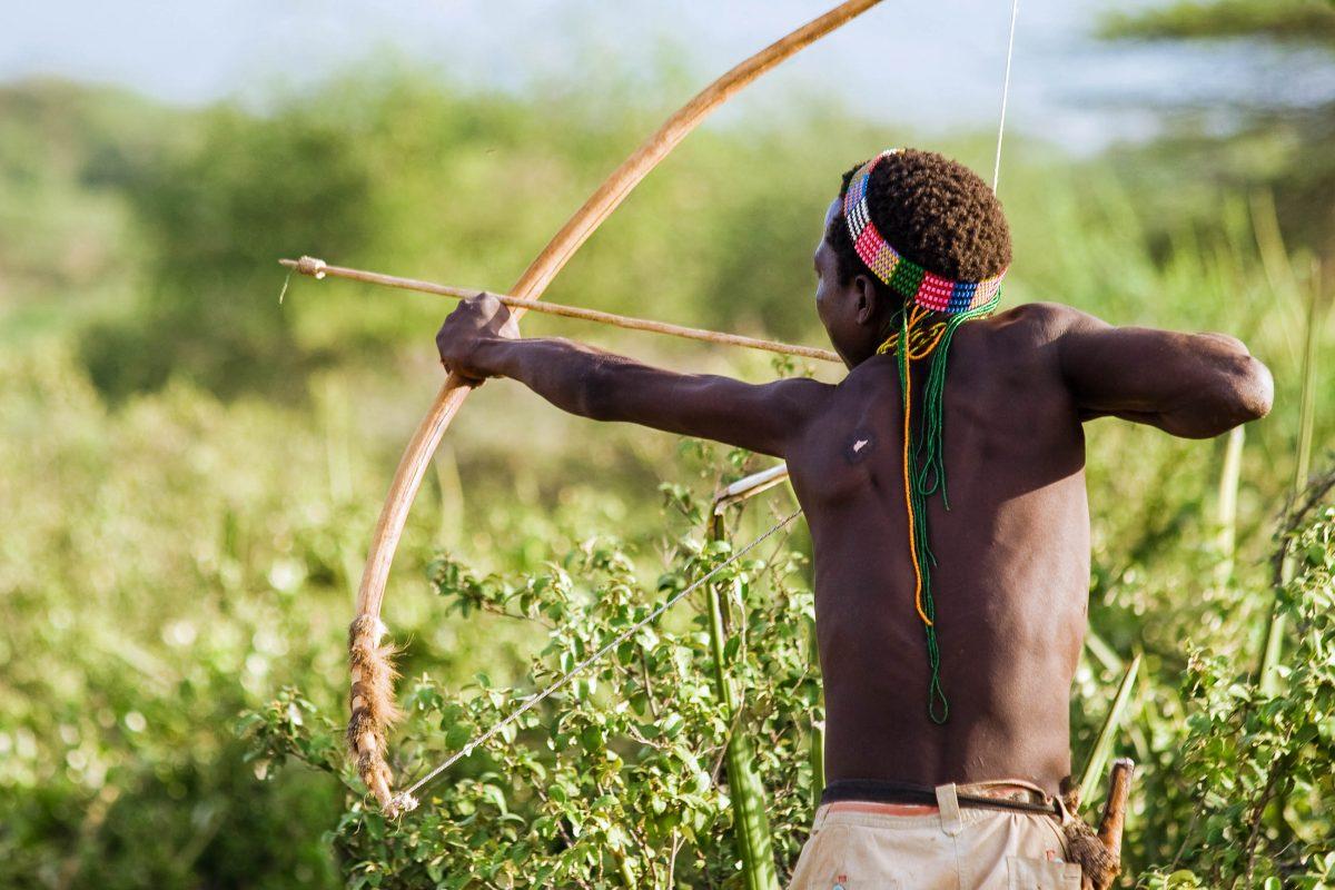 Am Lake Eyasi in Tansania kann der Alltag des Hadzabe-Stammes miterlebt werden - © erichon / Shutterstock