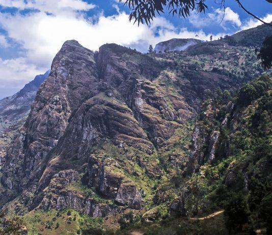 Die eindrucksvollen Gipfel der Usambara-Berge ziehen sich durch den Osten Tansanias und zählen zu den 25 Regionen der Welt mit der größten Artenvielfalt - © StephanScherhag / Shutterstock