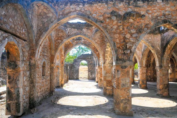 Die Große Moschee von Kilwa Kisiwani wurde 1050 errichtet und Anfang des 14. Jahrhunderts zum größten Sakralbau der Ostküste Afrikas ausgebaut, Tansania - © renatehenkel / Fotolia