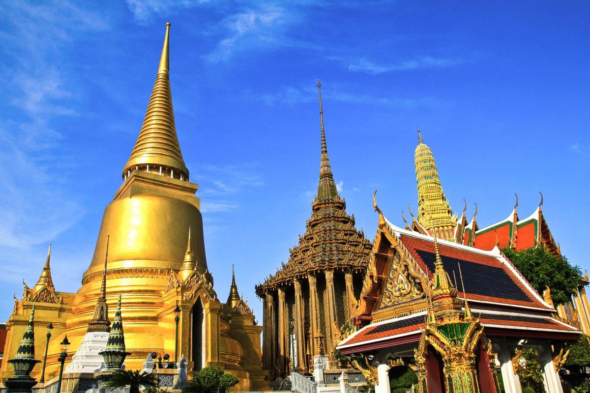 Der Wat Phra Kaeo, der Tempel des Smaragd-Buddha ist der heiligste Schrein Thailands und ist über und über mit Gold, glasierten Ziegeln und verspiegelten Mosaiken verziert - © Nunnicha Supagrit / Fotolia