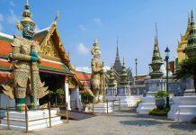 Im Tempelgelände des Königspalastes in Bangkok sind überall Statuen, Figuren und Abbildungen von mythischen Wesen zu sehen, Thailand - © L. Shat / Fotolia