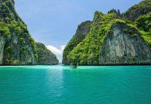 Boote zwischen Klippen der Phi Phi Inseln in der Andamanensee im Süden Thailands  - © witthaya / Fotolia