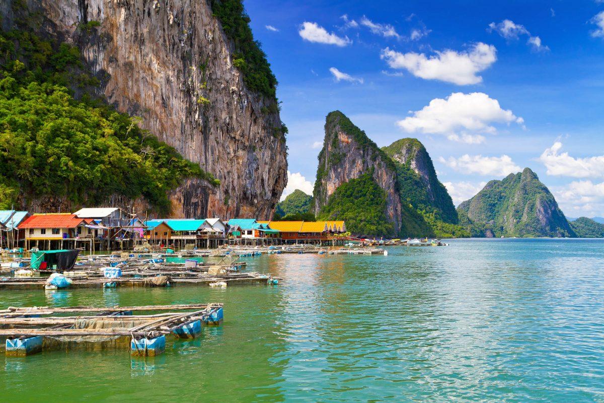 Das schwimmende Dorf auf der Insel Koh Panyee im Ao Phang Nga Nationalpark in Thailand wird von so genannten Meereszigeunern bewohnt - © Patryk Kosmider / Shutterstock
