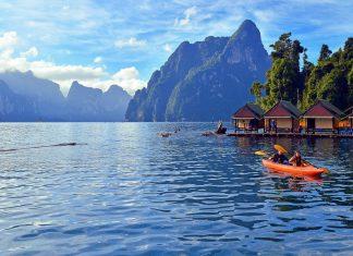 Der Chiao Lan See im Khao Sok Nationalpark in Thailand ist mit einer Fläche von 160km2 doppelt so groß wie der Chiemsee - © O lympus / Shutterstock