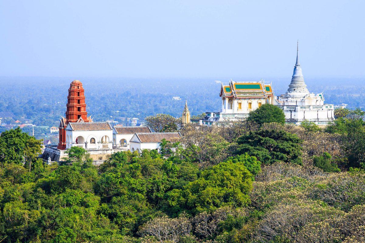 Der Khao Wang Palast auf einem Hügel über der historischen Stadt Petchaburi fungiert heute als Musuem und fantastischer Aussichtspunkt über Petchaburi, Thailand - © Casper1774 Studio / Shutterstock