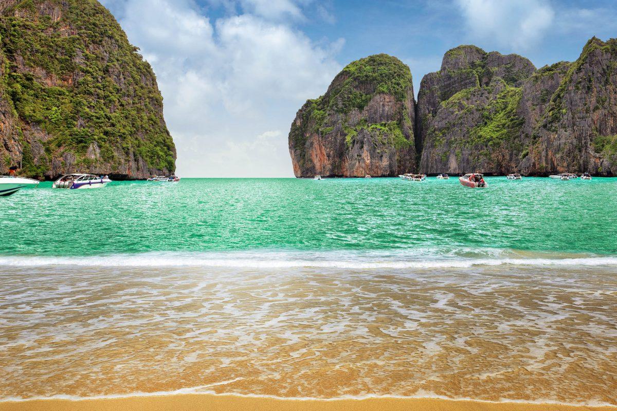 """Die Maya Bucht auf der Insel Phi Phi Lee ist vor allem dadurch bekannt, da hier der Film """"The Beach"""" gedreht wurde, Thailand - © dred2010 / Fotolia"""